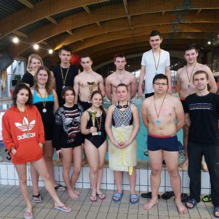 srebrni pływacy